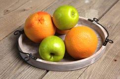 Fruta en la madera Bio comida, hierbas y especias sanas Imágenes de archivo libres de regalías