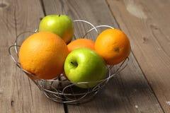 Fruta en la madera Bio comida, hierbas y especias sanas Fotos de archivo