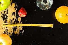 Fruta en la madera estridente Foto de archivo libre de regalías