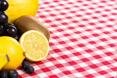 Fruta en la materia textil del mantel imágenes de archivo libres de regalías