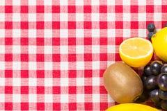 Fruta en la materia textil del mantel fotografía de archivo