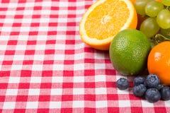 Fruta en la materia textil del mantel imagen de archivo