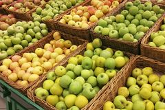 Fruta en los estantes en la tienda Imagen de archivo libre de regalías