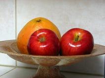 Fruta en tazón de fuente Imagen de archivo