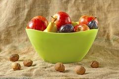 Fruta en tazón de fuente Fotos de archivo