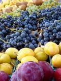 Fruta en un mercado de los granjeros fotos de archivo libres de regalías