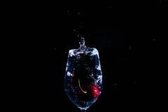 Fruta en un vidrio de agua fotos de archivo libres de regalías