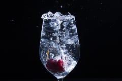 Fruta en un vidrio de agua imagen de archivo