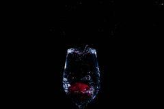Fruta en un vidrio de agua fotografía de archivo