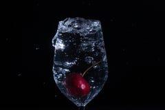 Fruta en un vidrio de agua foto de archivo libre de regalías