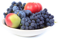 Fruta en una placa. Fotos de archivo