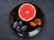 Fruta en una placa foto de archivo libre de regalías