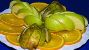 Fruta en una placa Fotografía de archivo libre de regalías