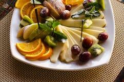 Fruta en una placa blanca Imagenes de archivo