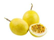 Fruta entera de la fruta de la pasión y abierto Foto de archivo libre de regalías