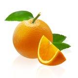 Fruta entera y rebanadas anaranjadas aisladas en el fondo blanco Fotografía de archivo