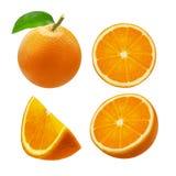 Fruta entera y rebanadas anaranjadas aisladas en el fondo blanco Trayectoria de recortes Fotografía de archivo libre de regalías