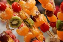 Fruta escarchada en un palillo Imagenes de archivo