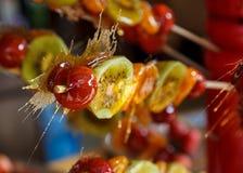 Fruta esmaltada en un palillo Imagen de archivo