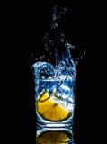 Fruta fría fresca del chapoteo del movimiento del fuego de la acción del agua de las bebidas, sana Fotografía de archivo