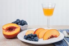 Fruta fresca con el jugo Imágenes de archivo libres de regalías