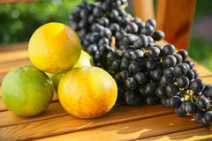 Fruta fresca de la baya o de la uva en huerta, fruta limpia o fondo popular de la fruta, fruta del mercado de la huerta de la agr Fotos de archivo