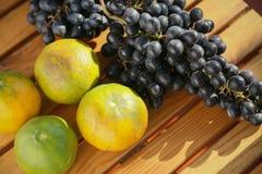Fruta fresca de la baya o de la uva en huerta, fruta limpia o fondo popular de la fruta, fruta del mercado de la huerta de la agr imagen de archivo libre de regalías