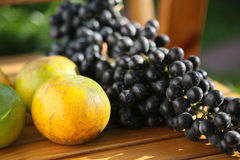 Fruta fresca de la baya o de la uva en huerta, fruta limpia o fondo popular de la fruta, fruta del mercado de la huerta de la agr fotos de archivo libres de regalías