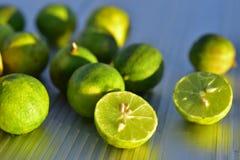 Fruta fresca de la lima agria cortada por la mitad imagen de archivo libre de regalías