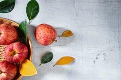 Fruta fresca de la manzana en cesta en la tabla de madera blanca fotos de archivo