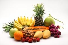 Fruta fresca de la mezcla en el fondo blanco. fotos de archivo