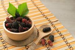 Fruta fresca de la mora en cuenco en el fondo de madera Imagen de archivo