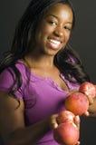 fruta fresca de la mujer hispánica del afroamericano Imagen de archivo libre de regalías
