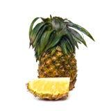 Fruta fresca de la piña con los pedazos cortados aislados en blanco Fotos de archivo