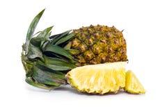 Fruta fresca de la piña con los pedazos cortados aislados en blanco Imagen de archivo