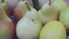 Fruta fresca de la pila europea común sana de la pera en la inclinación lenta de la placa almacen de metraje de vídeo
