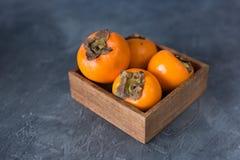Fruta fresca del caqui en una tabla Copie el espacio Cierre para arriba Imagen de archivo