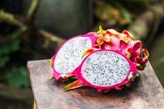Fruta fresca del dragón en fondo de madera Imagen de archivo