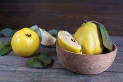 Fruta fresca del membrillo en la tabla de madera oscura Fotos de archivo libres de regalías
