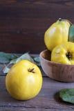 Fruta fresca del membrillo en la tabla de madera oscura Fotos de archivo