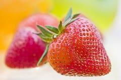 Fruta fresca deliciosa reflejada en el backgroun blanco foto de archivo