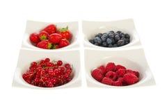 Fruta fresca em umas bacias brancas modernas fotografia de stock