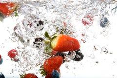 Fruta fresca en agua imagenes de archivo
