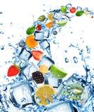 Fruta fresca en chapoteo del agua Imagenes de archivo