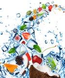 Fruta fresca en chapoteo del agua Imágenes de archivo libres de regalías