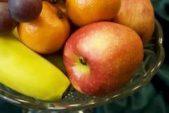 Fruta fresca en el florero cristalino Fotografía de archivo