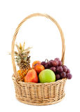 Fruta fresca en la cesta Imagen de archivo libre de regalías