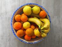 Fruta fresca en un cuenco de cerámica Fotografía de archivo