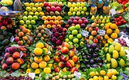 Fruta fresca en un mercado imágenes de archivo libres de regalías
