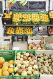 Fruta fresca en un mercado Fotos de archivo libres de regalías